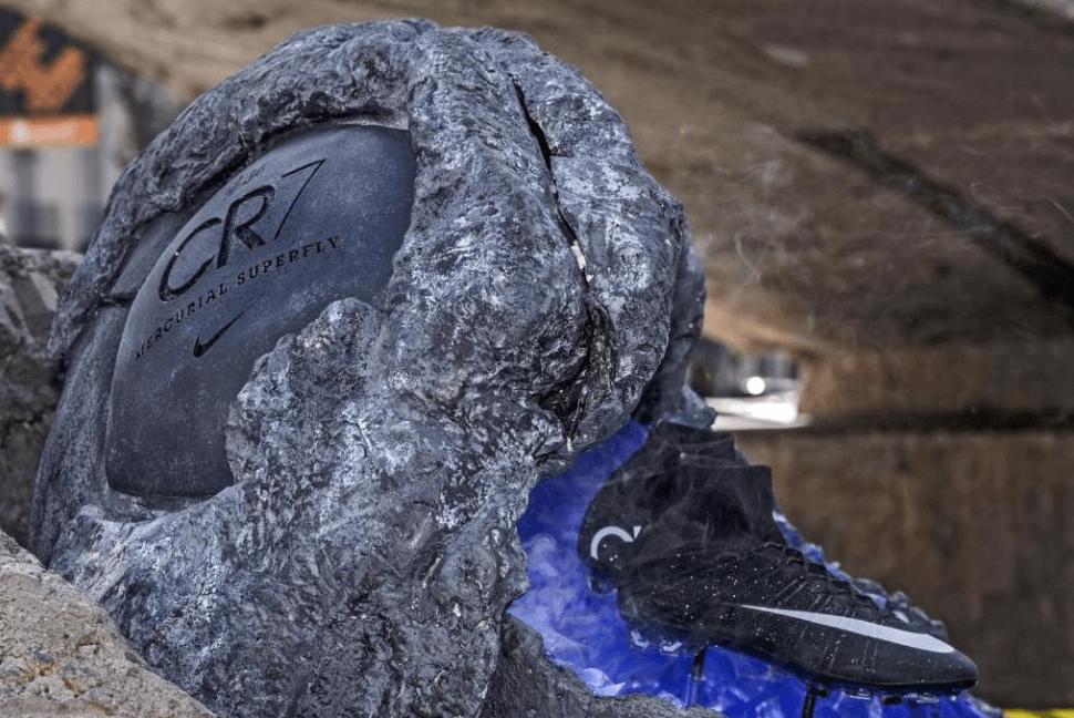 """Estas zapatillas """"llegadas de otro mundo"""" son las Nike Mercurial Superfly  CR7  unas botas negras que reflejan la luz natural y brillarán con la de  los focos ... 74cc3da242949"""