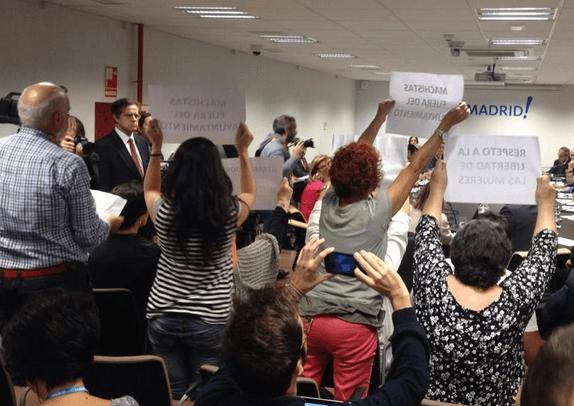 """Carteles de """"machistas fuera del ayuntamiento"""" este martes - TW @AquiMadriZ"""