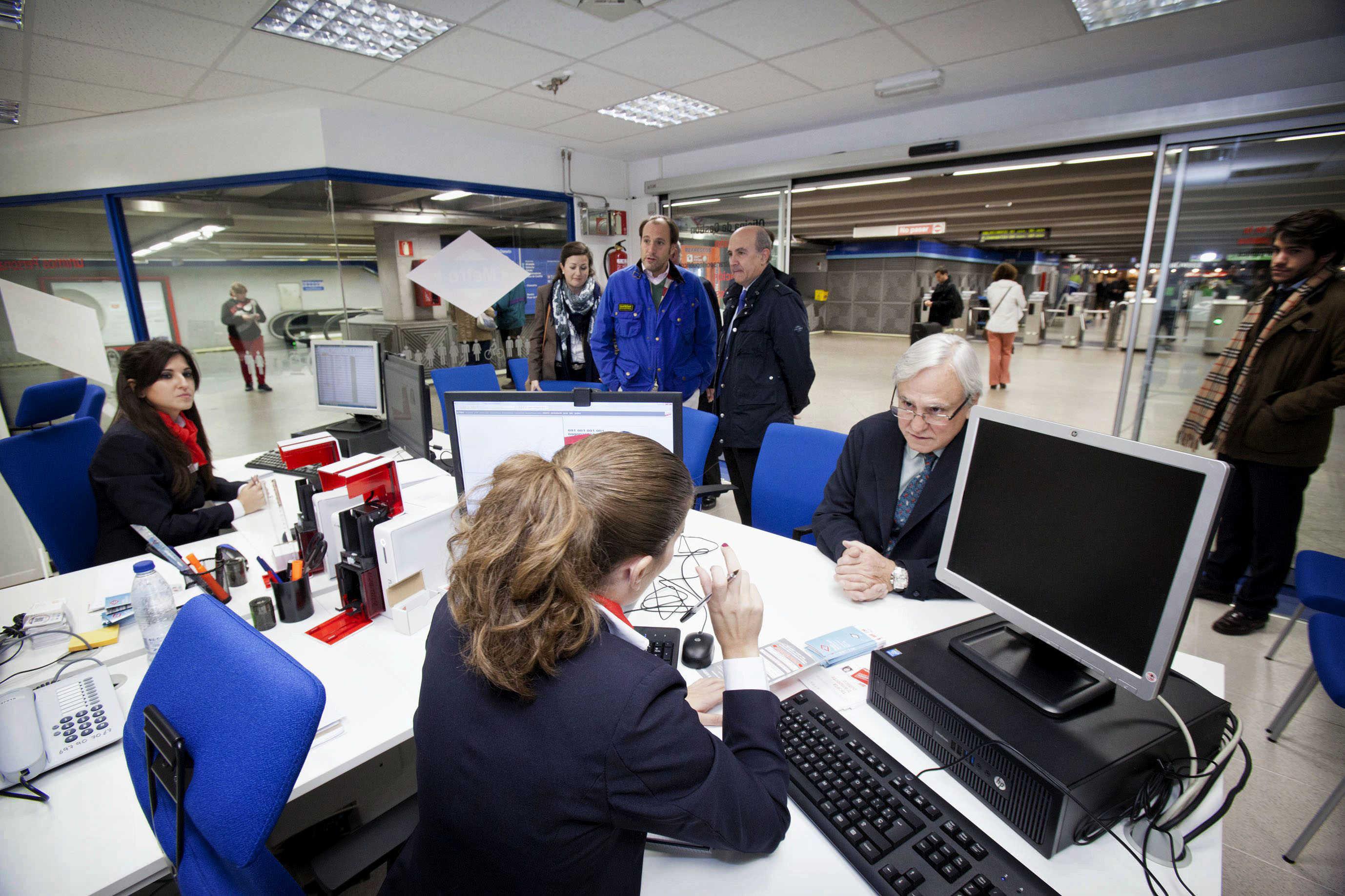 Las distancias de seguridad entre las trabajadoras y el usuario son mínimas, sumando el intercambio de documentación que podría favorecer el contagio . | FUENTE: Zonaretiro.com