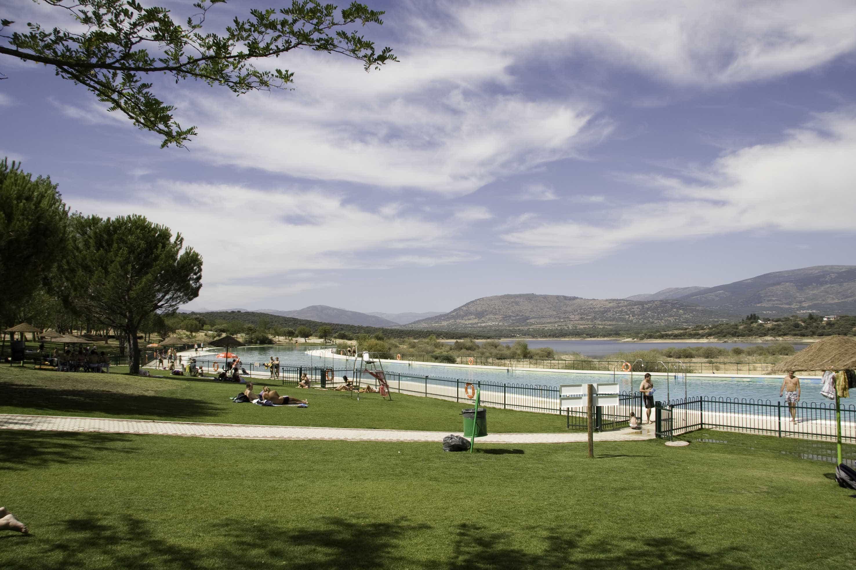 Zona retiro la piscina de metros cuadrados de for Piscinas naturales buitrago