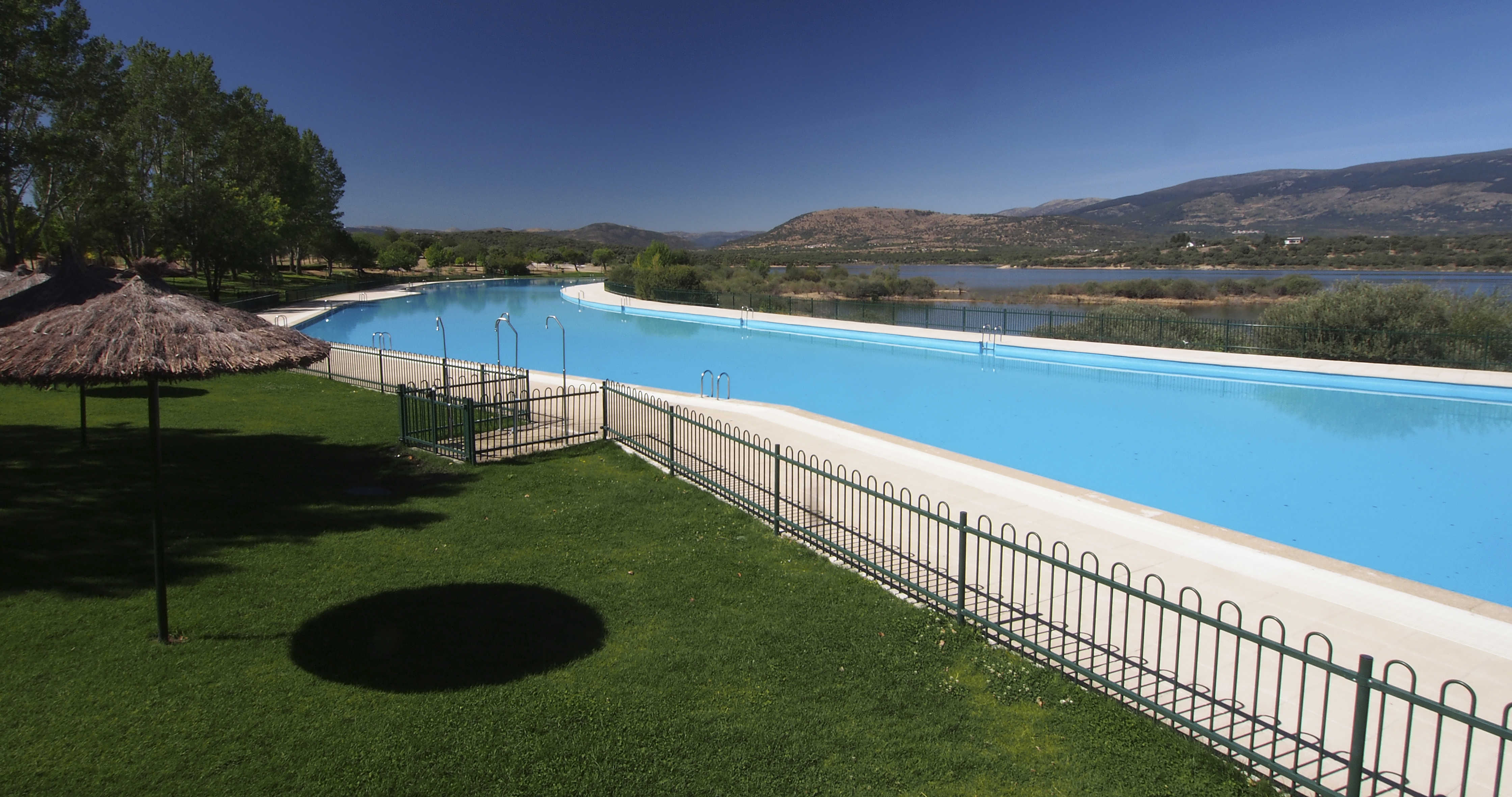 Abre la piscina de metros cuadrados de buitrago de for Piscina bebes madrid