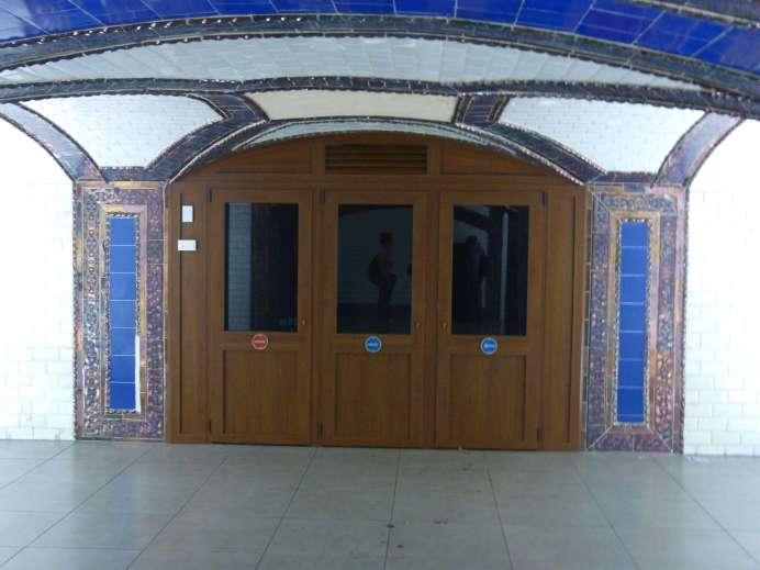 Antigua puerta de entrada al vestíbulo, con su puerta de madera y dos falsos pilares. Foto: A. Martínez Moreno