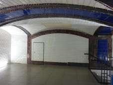 Vista posterior del vestíbulo, la puerta que se ve es una galería que conduce a la Nave de Motores, se utilizaba para comprobar el los cables en caso de avería. Foto: A. Martínez Moreno
