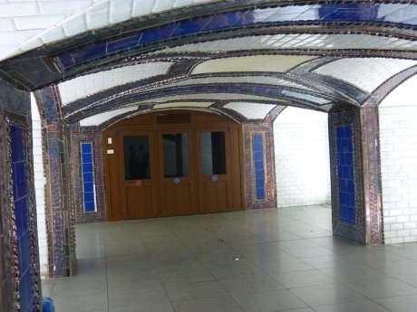 Vista general del vestíbulo, se aprecian los pilares decorados de azulejos sevillanos y los antiguos lucernarios. Foto: A. Martínez Moreno