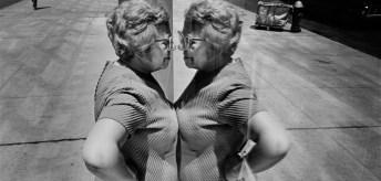 Richard-Kalvar-Mujer-mirandose-en-un-escaparate-Hamburgo-Alemania-1973-Richard-Kalvar-Magnum-Photos