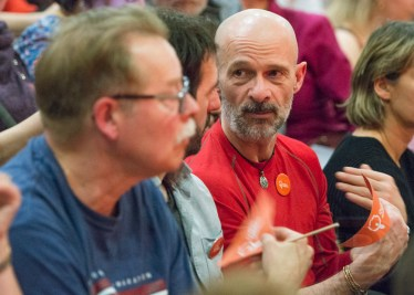 Des membres de Québec solidaire assistent à l'investiture de Gabriel Nadeau-Dubois