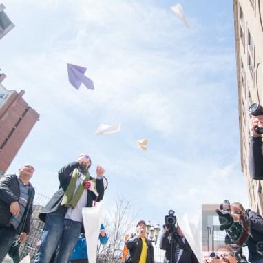 Des avions de papier sont lancés contre le bureau du Premier ministre lors d'une manifestation dénonçant les hausses salariales de la direction de Bombardier.