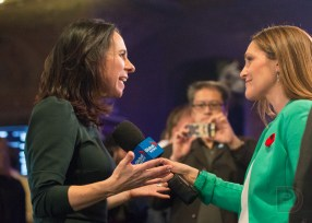 Les journalistes se sont arrachés la nouvelle mairesse après son discours.