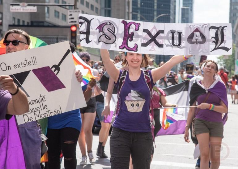 La communauté asexuelle portant fièrement le mauve et le noir