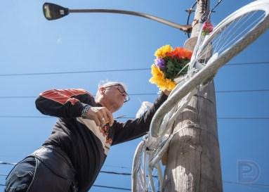 Harold Desrochers, père de Valérie Bertrand Desrochers, installe le vélo blanc en hauteur là où l'accident a eu lieu.
