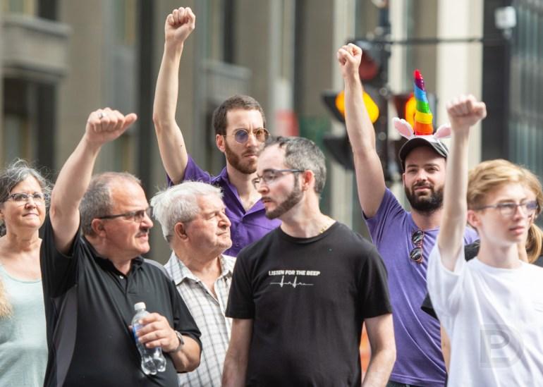 La traditionnelle minute de silence en mémoire des personnes décédées par la violence homophobe et le sida fut tenue à 14h30 durant le défilé de la Fierté 2019 à Montréal
