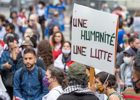 Manifestation contre l'annexion de la Palestine à Israël. Pancarte: «une humanité une lutte»