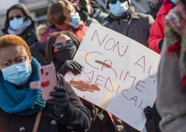 Manifestation «Justice pour Mireille» devant l'hôpital Charles-Le Moyne, suite au décès de Mireille Ndjomouo.
