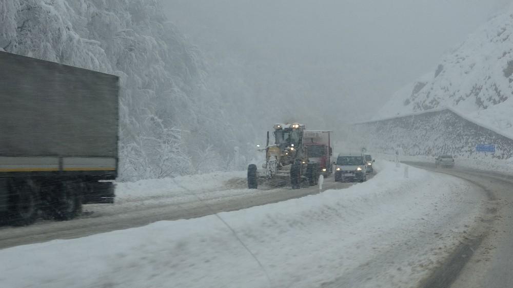 Zonguldak'ta karla mücadele çalışmaları aralıksız sürüyor