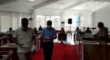 AK Partili meclis üyeleri başkana tepki gösterip salonu terk etti
