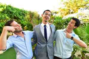 זומגנט-חתן-עם-שני-חברים-בפוזה-מצחיקה