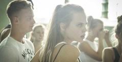 La adolescencia siempre es una etapa de cambios y crisis existenciales, pero para Veniamin significa dudar y cuestionar todo lo que le han enseñado sobre religión, sexualidad, evolución… trastocando no sólo su espíritu y forma de ver la vida, sino la de todos los que le rodean.
