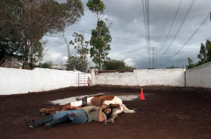 Rogelio alias El Patas, tiene un taller de peletería y un lienzo charro donde da clases de equitación a niños con problemas de conducta y autismo, ambos lugares los construyó de manera clandestina en un camellón del municipio de Ecatepec, en el Estado de México. Ecatepec, 2013.