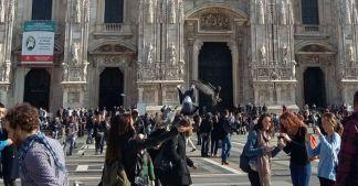 Turisti in piazza Duomo, Milano