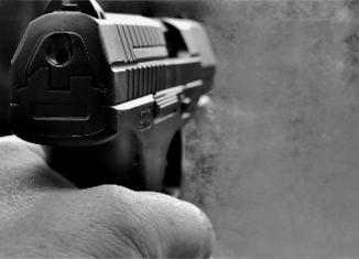 una pistola per una rapina in bianco e nero