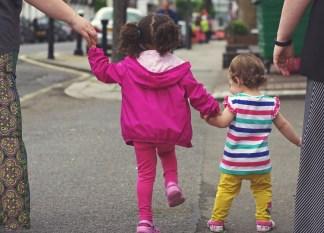 bambini-strada-324x233 Bambino di 6 anni travolto da un'auto in corsa Cronaca Milano Prima Pagina