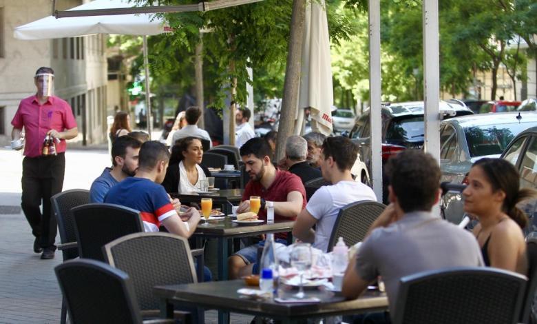 la-nueva-normalidad-de-madrid:-aforos-al-60%,-discotecas-cerradas-dos-semanas-mas-y-terrazas-al-completo-en-julio