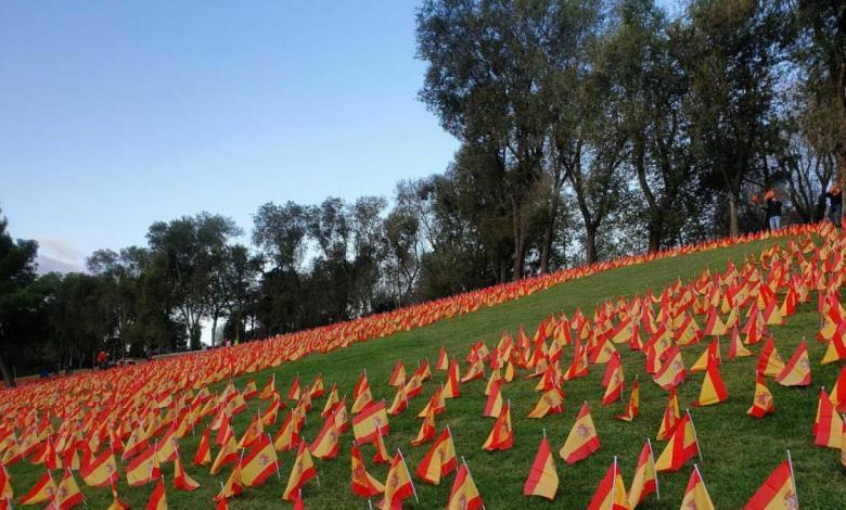 un-parque-de-madrid-amanece-con-53.000-banderas-de-espana-por-las-victimas-de-la-covid-19