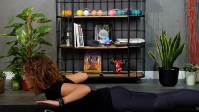 Photo of Si te pasas mucho tiempo sentado frente al ordenador, aquí tienes una rutina de estiramientos y ejercicios posturales para hacer desde casa