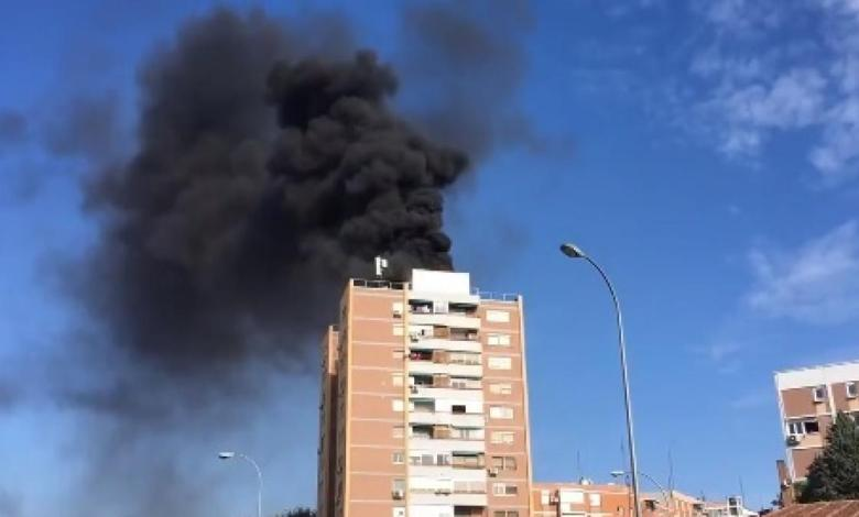 alarma-por-un-espectacular-incendio-en-la-azotea-de-un-edificio-de-13-plantas-del-barrio-de-la-elipa,-en-madrid