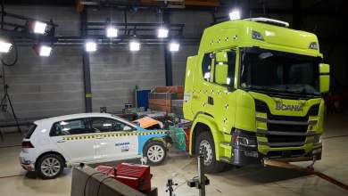 scania-embiste-un-coche-contra-su-camion-electrico-para-probar-la-seguridad-de-la-bateria