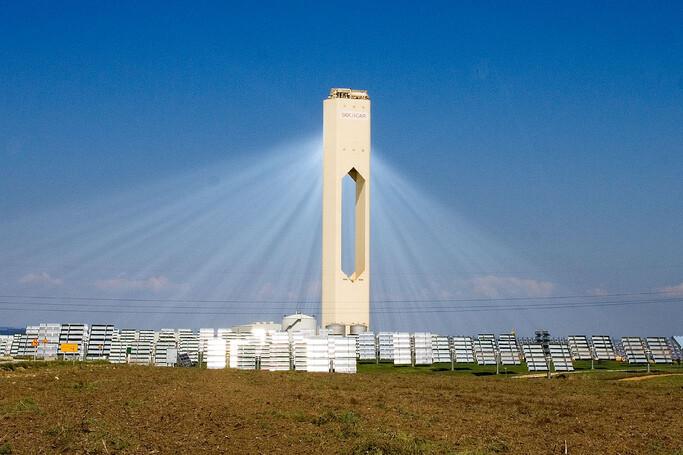 la-primera-planta-solar-de-torre-central-en-explotarse-comercialmente-esta-en-sevilla:-una-pionera-que-ha-sobrevivido-a-otras-mas-ambiciosas