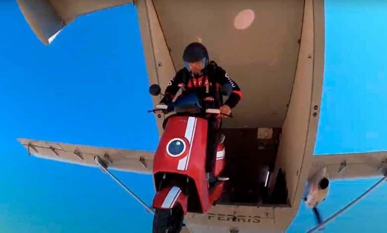 un-scooter-electrico-de-niu-salta-desde-un-avion-para-protagonizar-una-campana-publicitaria