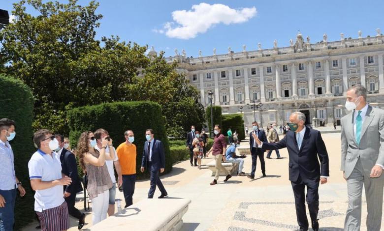 el-rey-y-el-presidente-de-portugal-sorprenden-a-los-viandantes-de-madrid-y-se-hacen-selfies-con-ellos
