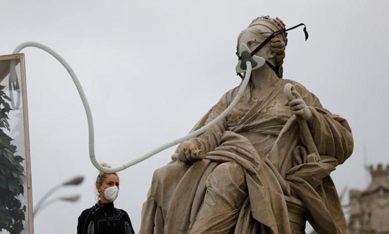 detenidos-una-decena-de-activistas-de-greenpeace-cuando-colocaban-una-mascarilla-a-la-cibeles
