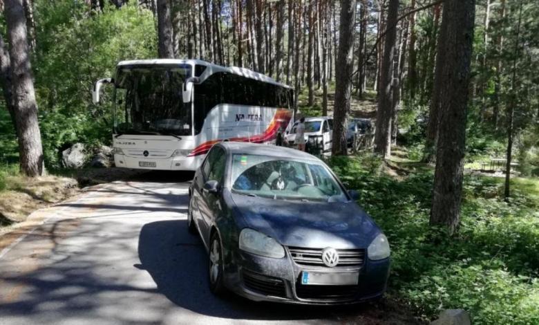 un-coche-mal-aparcado-en-una-carretera-en-cercedilla-provoca-un-importante-atasco