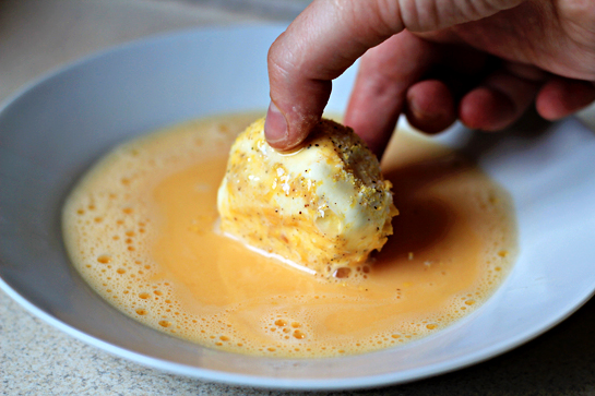 fried ice cream recipe with step by step pictures, remove the ice cream scoops from the freezer and roll them first in the dry coating and then in the egg mixture, and finally in the dry coating mixture again