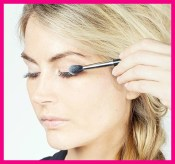 Apply A Layer Of Powder Between Mascara Coats