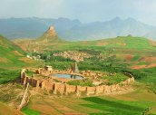 Vy över ruinen i Shiz med eldtemplet Adur Goshnasp från 300-talet på berget Asnavand i nordvästra Iran