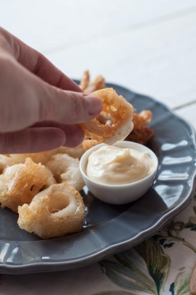 Zdjęcie - Smażone kalmary z domowym sosem aïoli - Przepisy kulinarne ze zdjęciami