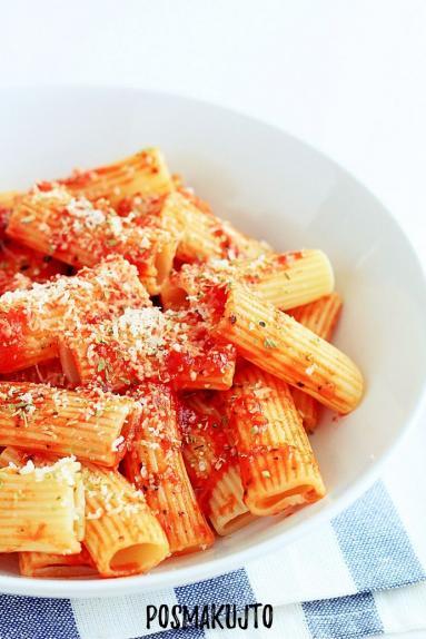 Zdjęcie - Makaron z sosem pomidorowym - Przepisy kulinarne ze zdjęciami