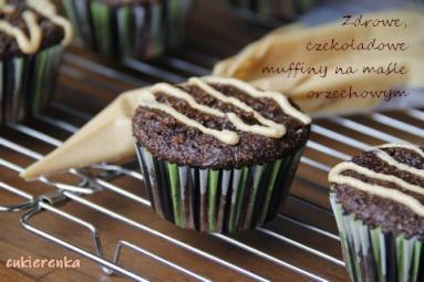 Zdjęcie - Zdrowe, czekoladowe muffiny na maśle orzechowym - Przepisy kulinarne ze zdjęciami