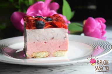 Zdjęcie - Ciasto na jogurtach greckich bez pieczenia z truskawkami i borówkami - Przepisy kulinarne ze zdjęciami