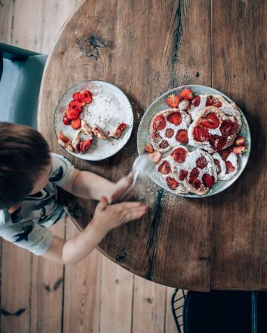 Zdjęcie - Racuchy z truskawkami - Przepisy kulinarne ze zdjęciami