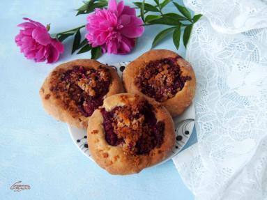 Zdjęcie - Zdrowsze drożdżówki z truskawkami i kokosową kruszonką - Przepisy kulinarne ze zdjęciami