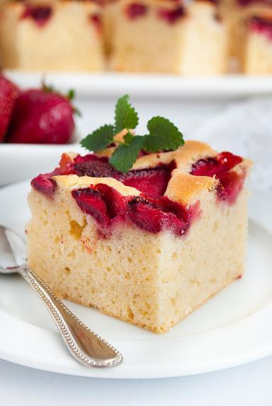 Zdjęcie - Puszyste ciasto z truskawkami - Przepisy kulinarne ze zdjęciami