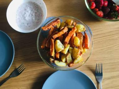 Zdjęcie - Frytki z młodych ziemniaków ibatatów - Przepisy kulinarne ze zdjęciami