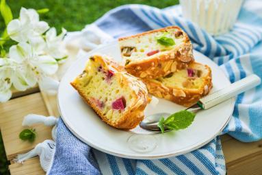 Zdjęcie - Szybkie ciasto jogurtowe z rabarbarem - Przepisy kulinarne ze zdjęciami