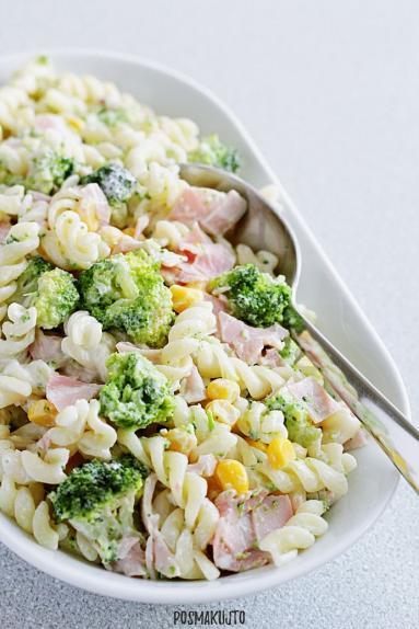 Zdjęcie - Sałatka makaronowa z brokułem, kukurydzą i szynką - Przepisy kulinarne ze zdjęciami
