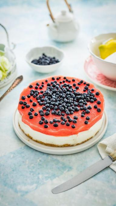 Zdjęcie - Sernik na zimno z galaretką arbuzową i jagodami - Przepisy kulinarne ze zdjęciami