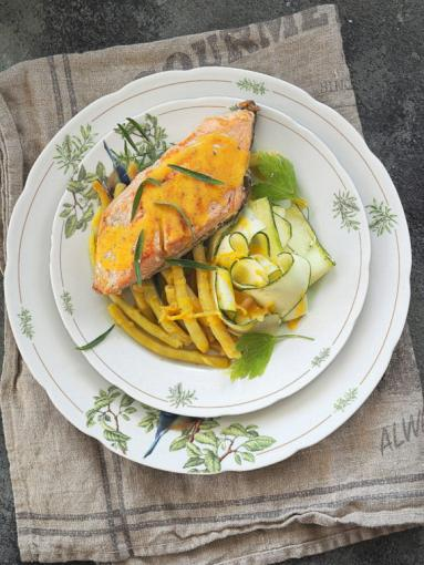Zdjęcie - Łosoś jurajski, fasolka szparagowa, cukinia i sos z salsą truflową… - Przepisy kulinarne ze zdjęciami